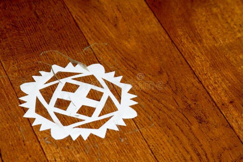 Flocon de neige de papier sur un plancher en bois photographie stock libre de droits