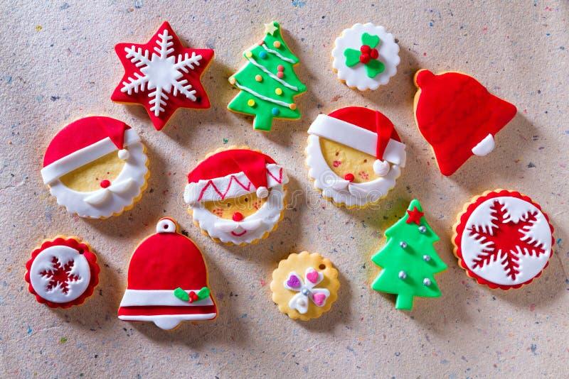 Flocon de neige de Santa d'arbre de Noël de biscuits de Noël sur le papier réutilisé photographie stock