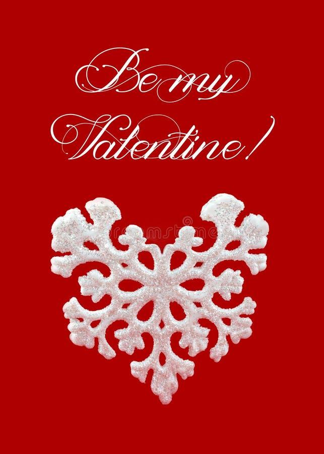 Flocon de neige en forme de coeur blanc sur le fond rouge Carte de voeux heureuse du jour de valentine Symbole d'hiver photos stock