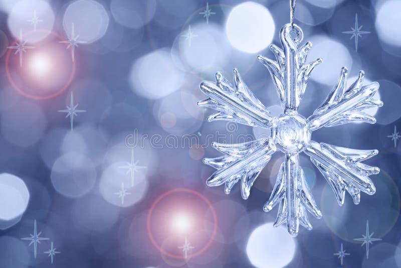 Flocon de neige en verre sur le fond brouillé images stock