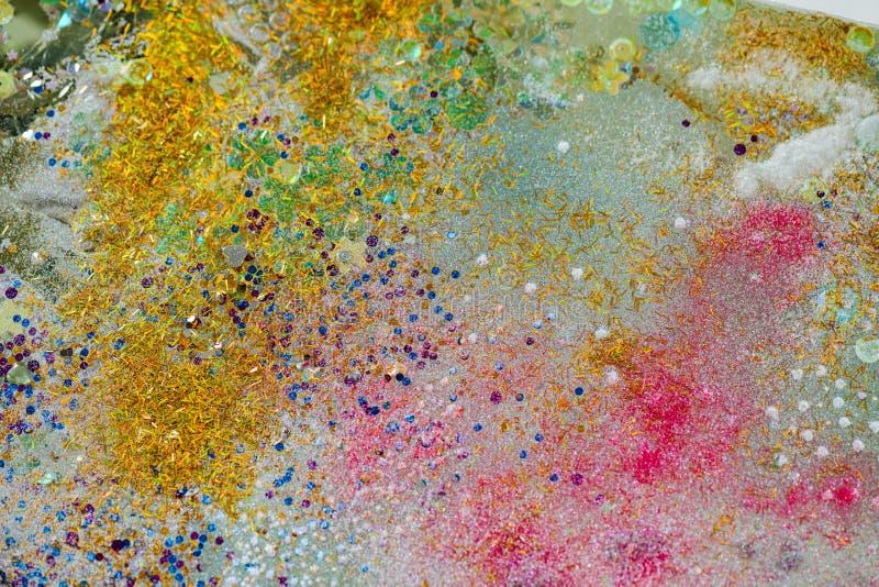 Flocons d'or de clignotement mélangés dans la poudre rose et les cristaux décoratifs photos stock