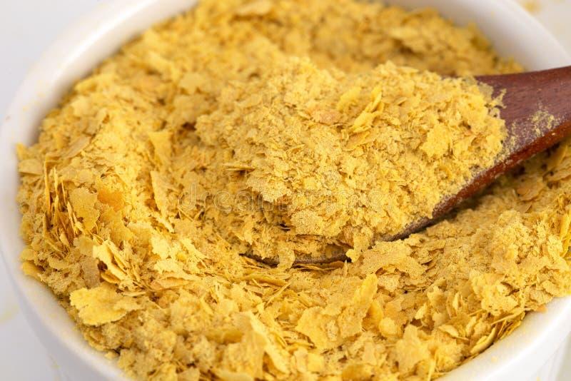 Flocons de levure nutritionnelle jaune un substitut de fromage et assaisonnement pour des régimes de Vegan photographie stock libre de droits