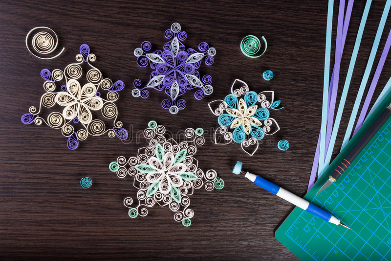 Flocons de neige de papier fait main avec des outils pour quilling photos stock