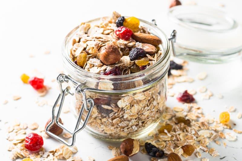 Flocons ou granola d'avoine avec les écrous, le fruit sec et les baies images stock