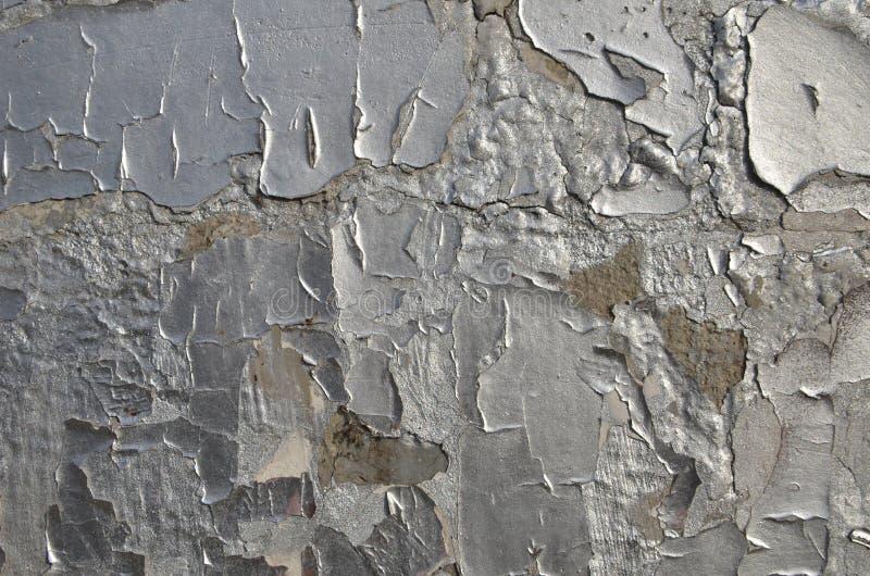 Flocos da pintura rachada de descascamento velha da cor de prata fotografia de stock royalty free