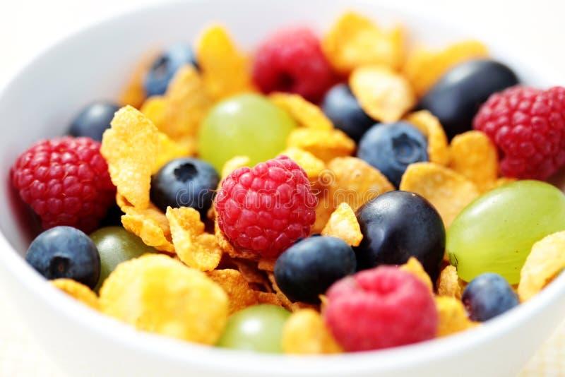Flocos de milho com frutas imagens de stock royalty free