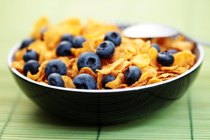 Flocos de milho com frutas da uva-do-monte fotografia de stock