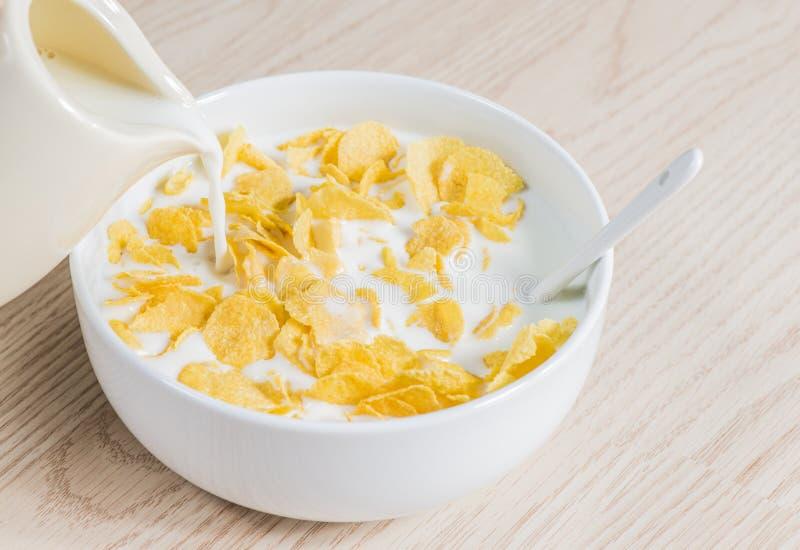 Flocos de milho com leite foto de stock
