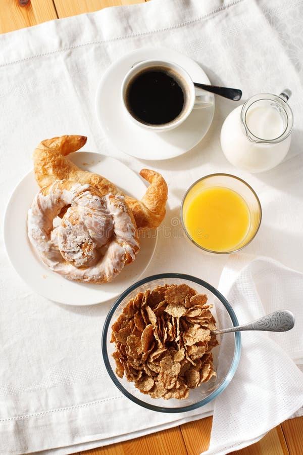 Flocos de milho com o croissant para o café da manhã fotos de stock royalty free