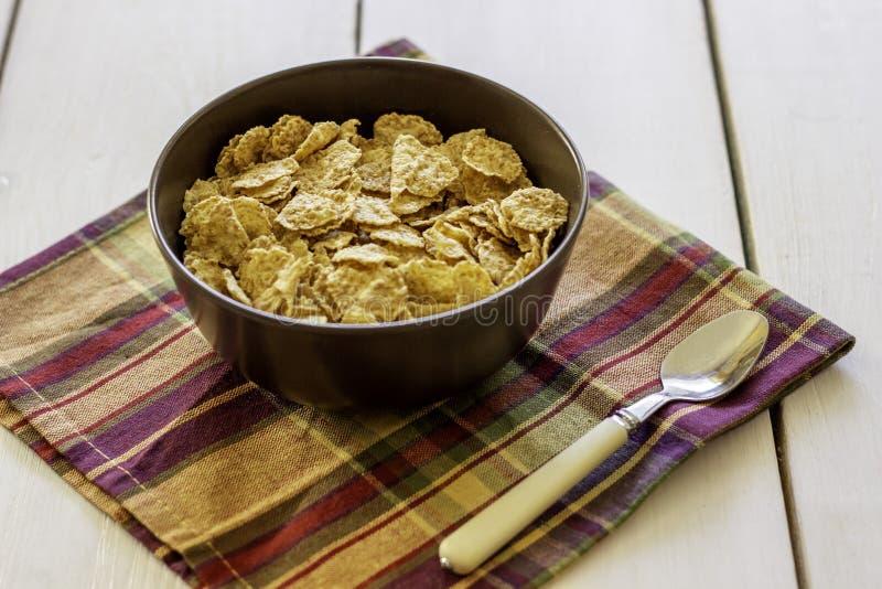 Flocos de milho em uma bacia Comer saud?vel Alimento de Vegetarinskaja fotos de stock
