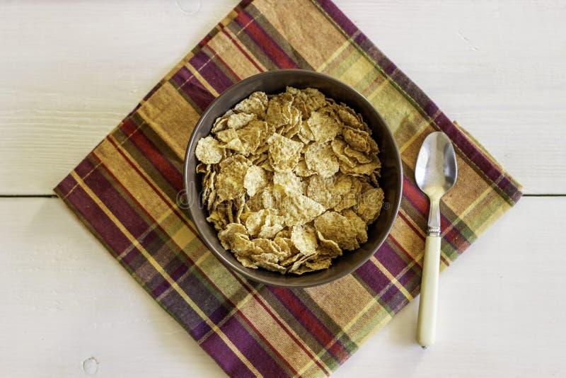 Flocos de milho em uma bacia Comer saud?vel Alimento de Vegetarinskaja foto de stock