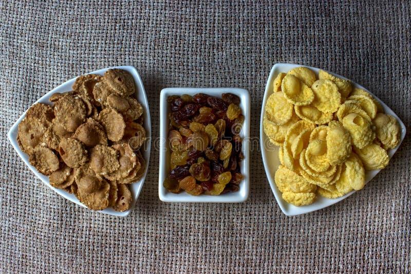 Flocos de milho, passas em uma placa alimento saudável do café da manhã, dieta imagens de stock