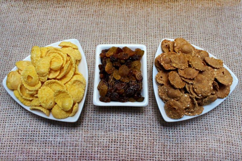Flocos de milho, passas em uma placa alimento saudável do café da manhã, dieta fotografia de stock