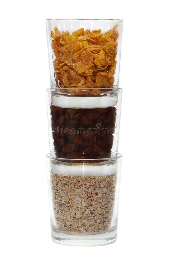 Flocos de milho, sultanas e farinha de aveia nos vidros foto de stock