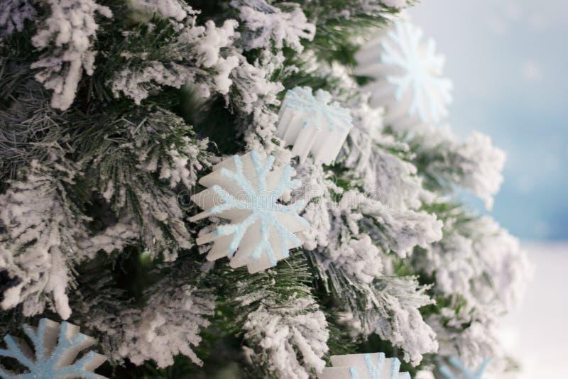 Flocos de neve brancos grandes na árvore de Natal como o fundo da celebração fotos de stock royalty free