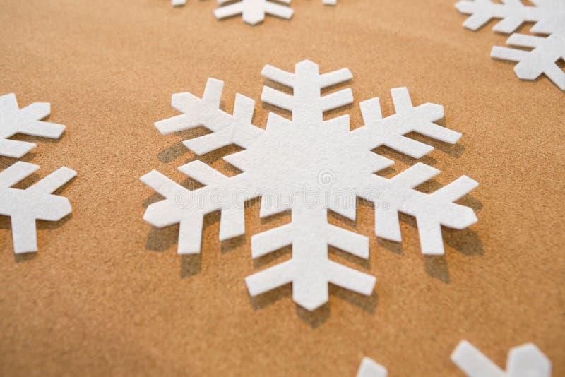 Flocos de neve brancos no fundo marrom imagem de stock royalty free
