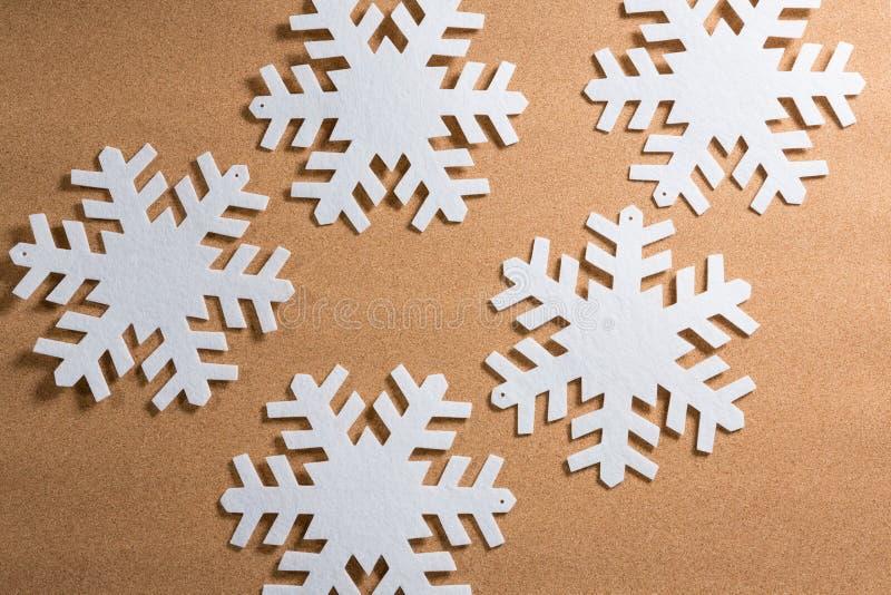 Flocos de neve brancos no fundo marrom fotos de stock