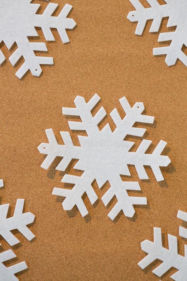 Flocos de neve brancos no fundo marrom imagens de stock royalty free