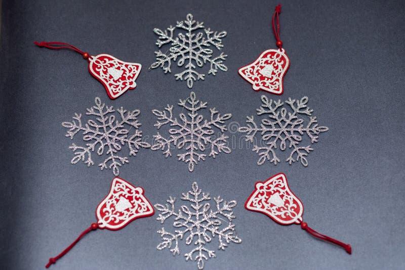 Flocos de neve a céu aberto do Natal em um fundo colorido para a decoração foto de stock royalty free