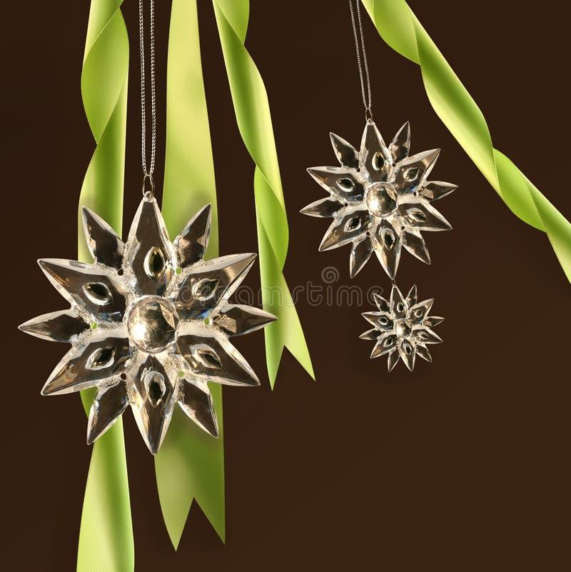 Flocos de neve de cristal com fitas verdes imagens de stock royalty free