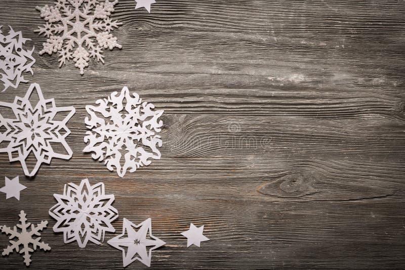 Flocos de neve do Livro Branco no fundo de madeira imagem de stock