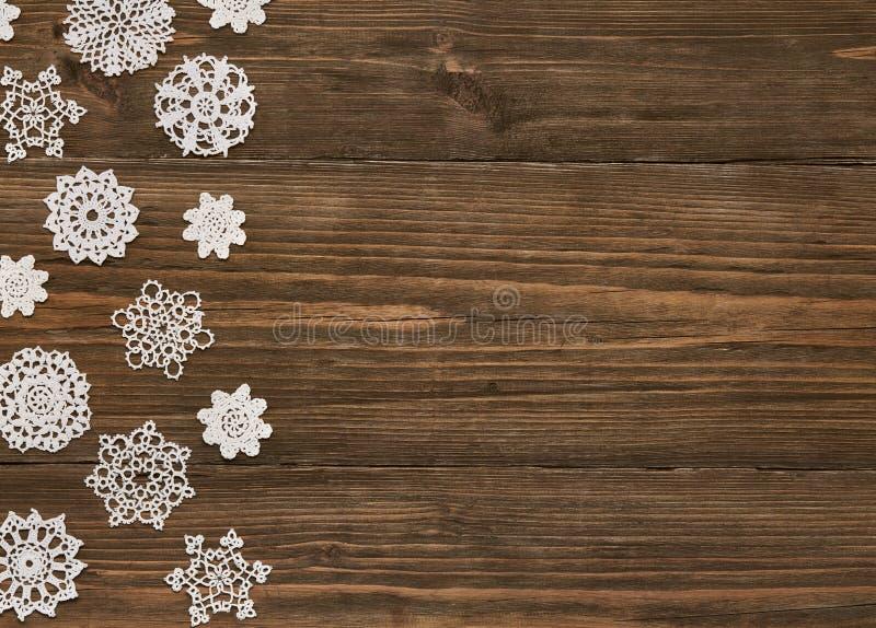 Flocos de neve fundo de madeira, decoração do laço do floco da neve do Natal imagem de stock