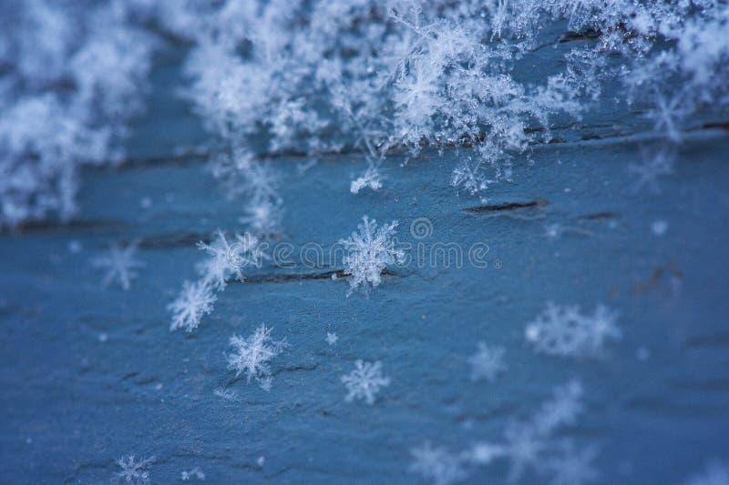 Flocos de neve na madeira azul imagem de stock