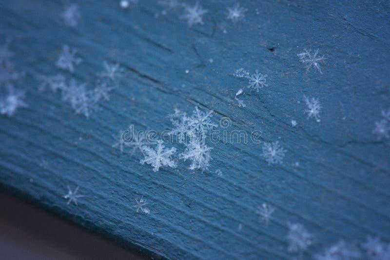 Flocos de neve na madeira azul fotos de stock