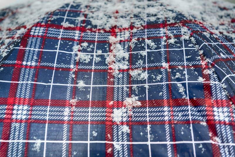 Flocos de neve sobre o guarda-chuva colorido foto de stock