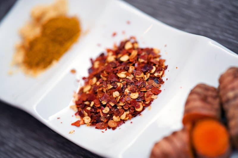 Flocos e especiarias de pimenta vermelha foto de stock