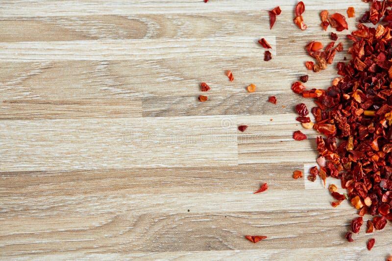 Flocos frios encarnados secados no fundo de madeira claro, vista superior, close-up, macro, profundidade de campo rasa imagens de stock