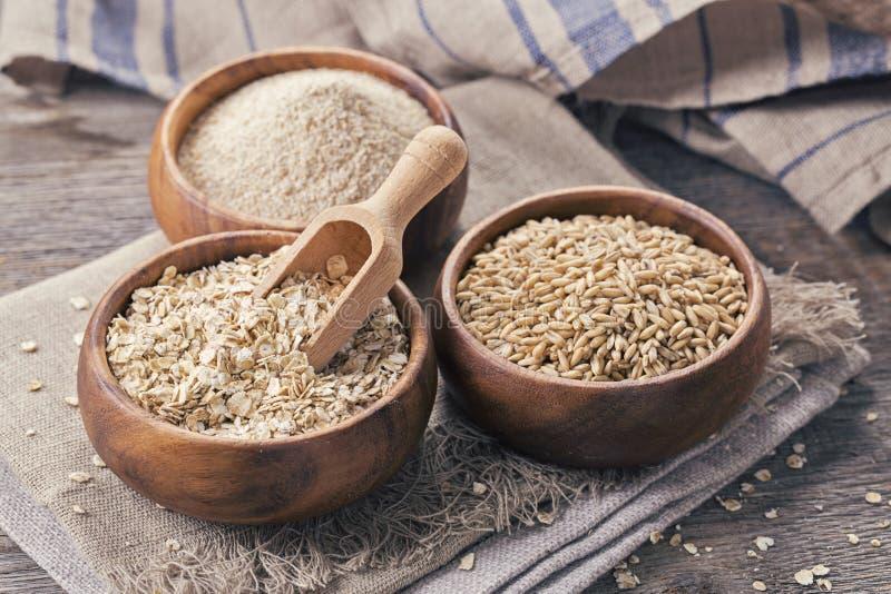 Flocos, sementes e farelo da aveia fotografia de stock
