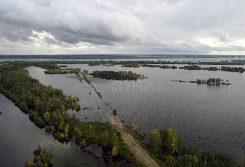 Flod översvämmat avsnitt av vägen royaltyfri fotografi