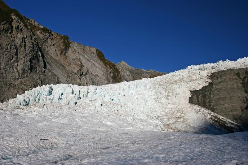 Flod av ojämn glaciäris som flödar på berget royaltyfria foton