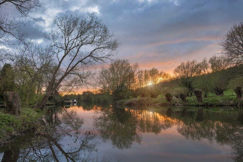 Flod Avon på solnedgången, Warwickshire royaltyfri fotografi