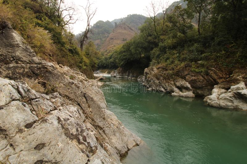 Flod Bageshwar Uttarakhand Indien royaltyfri foto