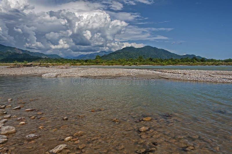Flod, berg och moln arkivfoto