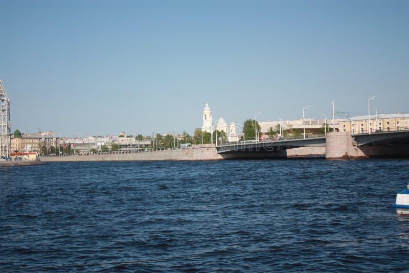 flod, bro och kyrkasikt arkivfoton