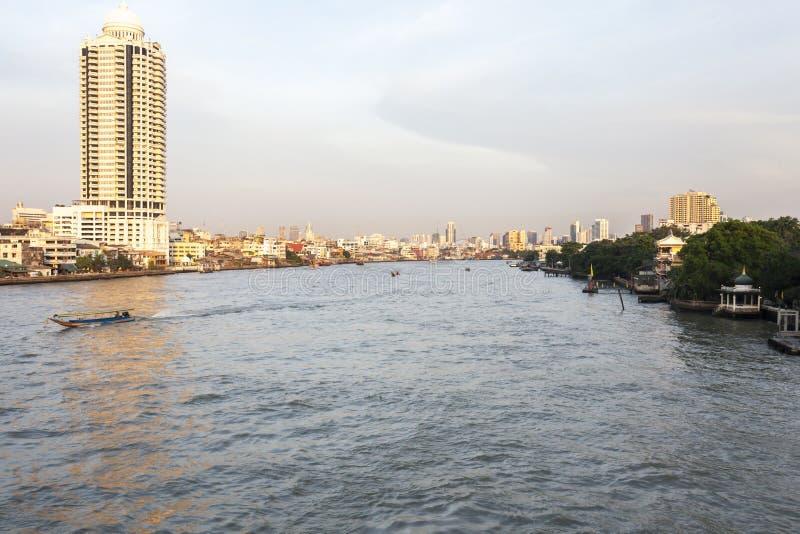 Flod Chao Phraya och Lebua tillståndstorn royaltyfri bild