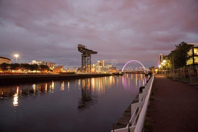 Flod Clyde, Glasgow, Skottland, UK, September 2013, den historiska Finneston kranen och Clyde Arc Bridge fotografering för bildbyråer