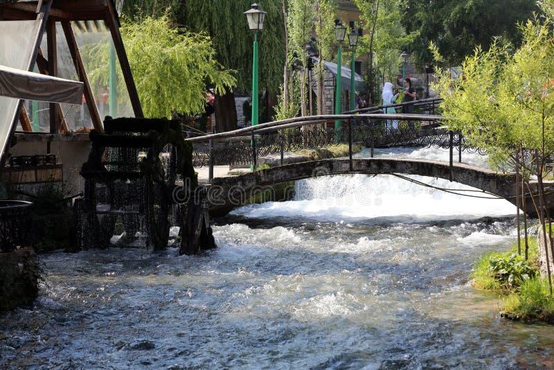 Flod för blått vatten i Travnik, Bosnien och Hercegovina arkivfoto