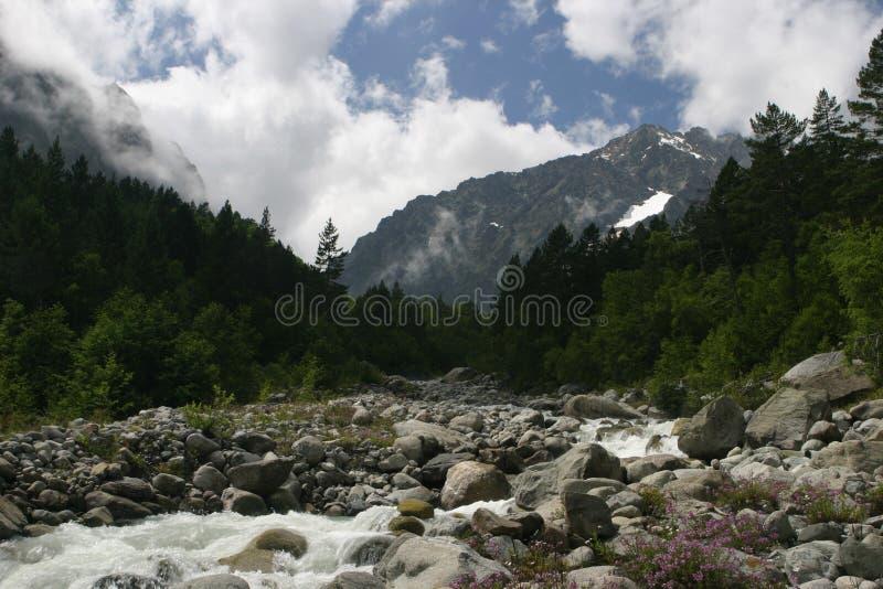 flod för osetia för alaniakavkazberg norr royaltyfri bild