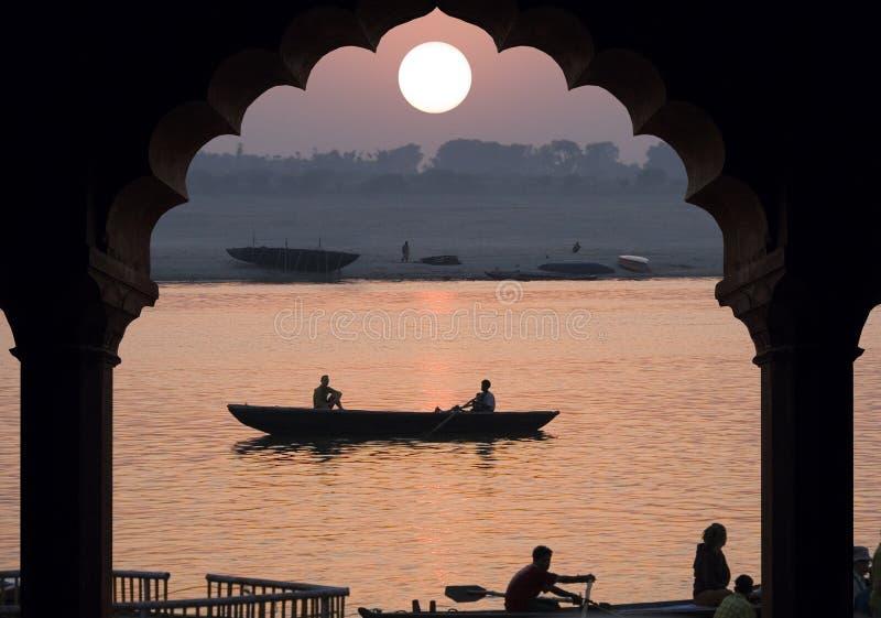 Flod Ganges - soluppgång - Indien arkivbilder
