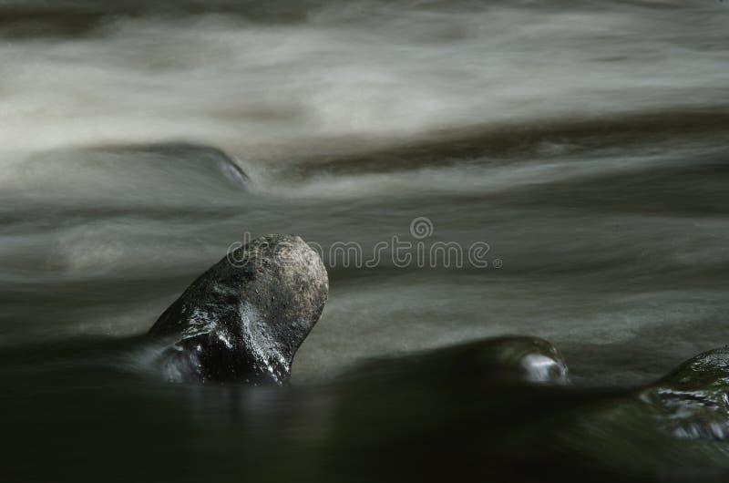 Flod Goyt under flöde för högt vatten Taget med en långsam slutarehastighet för att släta ut flödet av vattnet som är, flyga iväg royaltyfri foto