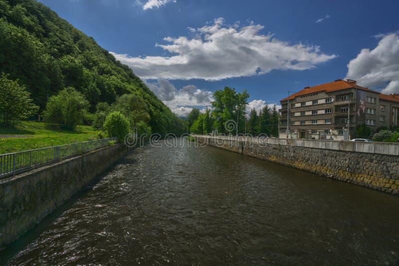 Flod Hron på staden av Banska Bystrica royaltyfria foton