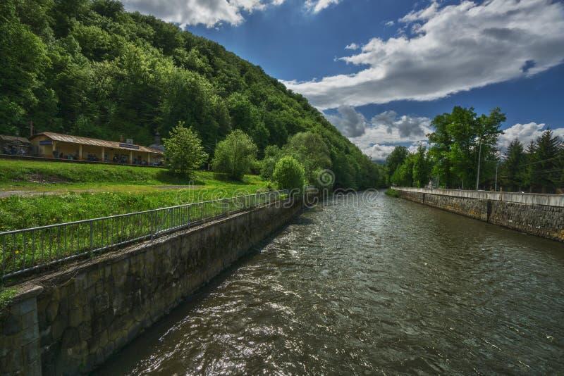 Flod Hron p? staden av Banska Bystrica arkivfoton