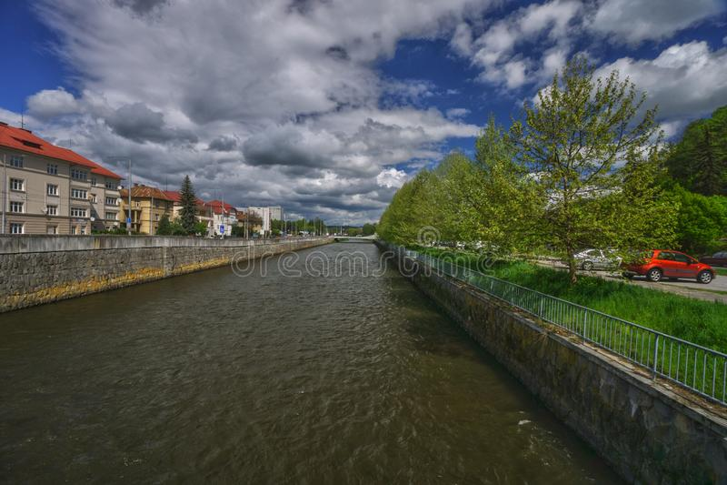 Flod Hron p? staden av Banska Bystrica royaltyfri foto