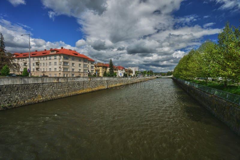 Flod Hron p? staden av Banska Bystrica royaltyfria foton