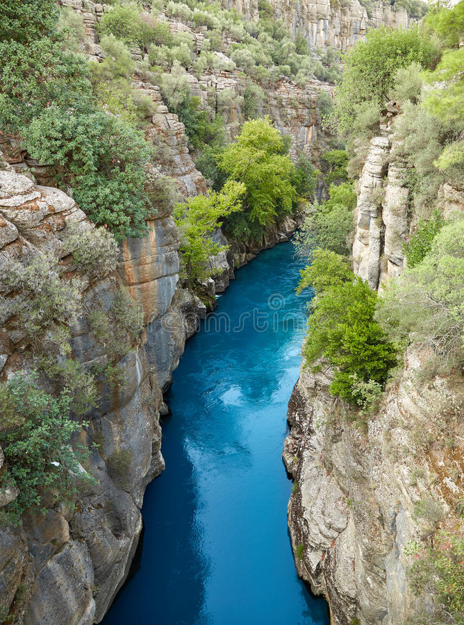 Flod i den Koprulu kanjonen royaltyfria foton