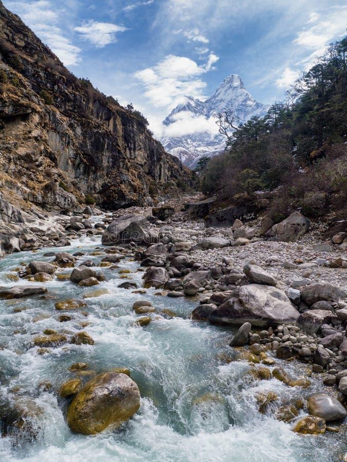 Flod i den Sagarmatha nationalparken & Ama Dablam Mountain royaltyfri bild